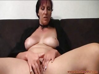 solo mature babe from checkmymilf.com rubbing her